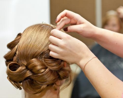 Photo de Estelle coiffeuse et esthéticienne à domicile sur Béziers adissan pézenas clermont l'hérault caux tourbes. Photo réalisation coiffure de mariage.